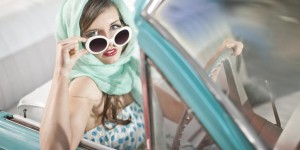 WOMAN-WHITE-SUNGLASSES-CAR scarf hairstyle