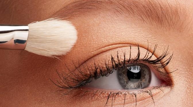 applying-eyeshadow to balance eyes