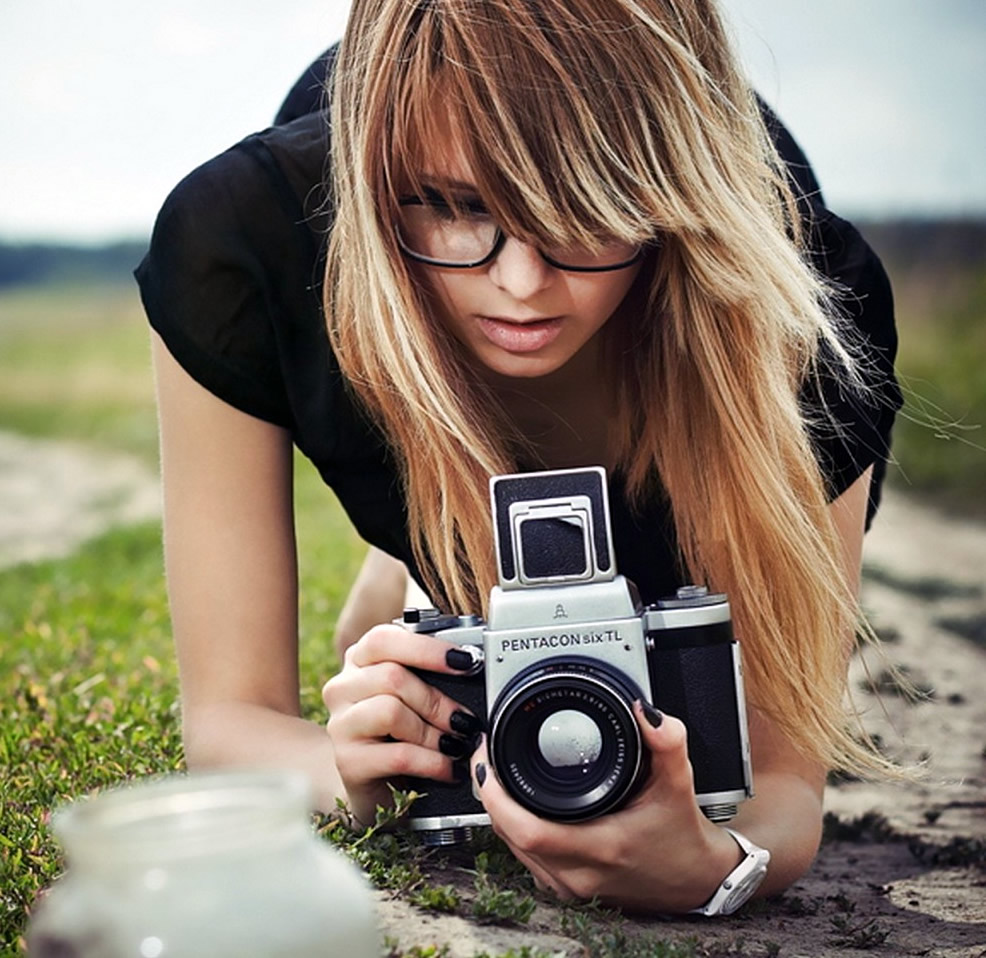 blonde-woman-taking-photos-with-a-professional-camera_1280x960