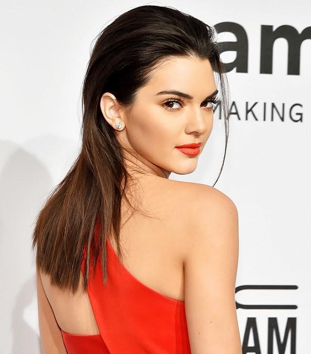 kendall jenner highlight contour makeup red dress awards show perfect glow